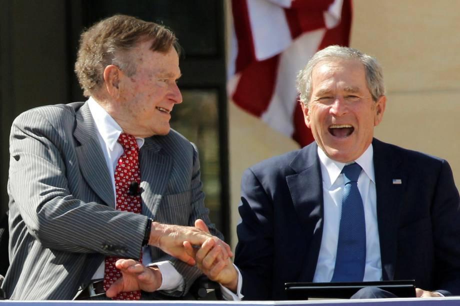 Pai e filho, ambos ex-presidentes dos EUA, George H.W. Bush (esquerda) e George W. Bush cumprimentam-se pela dedicação ao Centro Presidencial George W. Bush no campus da Southern Methodist University em Dallas, no Texas - 25/04/2013