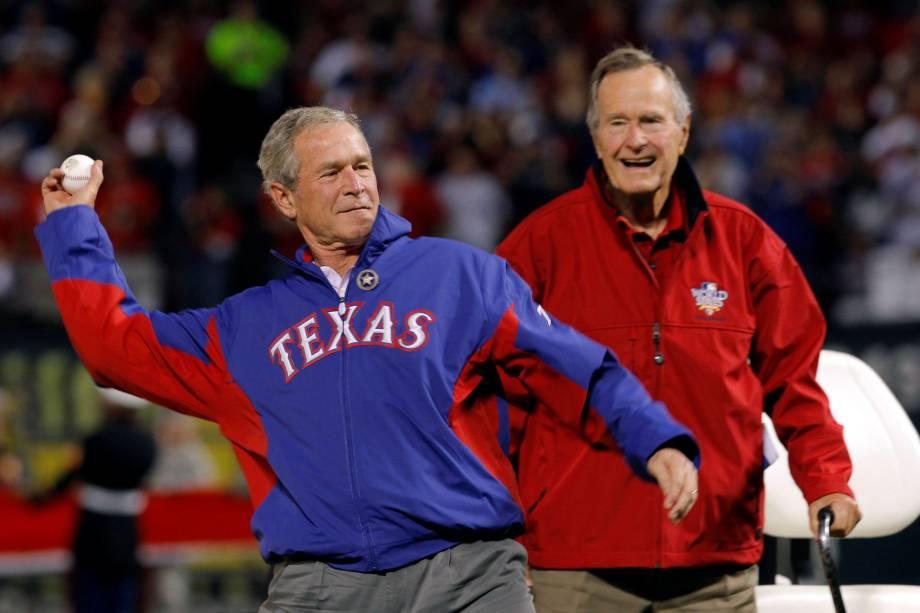 O ex-presidente dos EUA, George H.W. Bush (R) observa como seu filho, o ex-presidente George W. Bush, lança um primeiro arremesso cerimonial antes do início do Jogo 4 da World Series da Major League Baseball entre os San Francisco Giants e os Texas Rangers, em Arlington, no Texas - 31/10/2010
