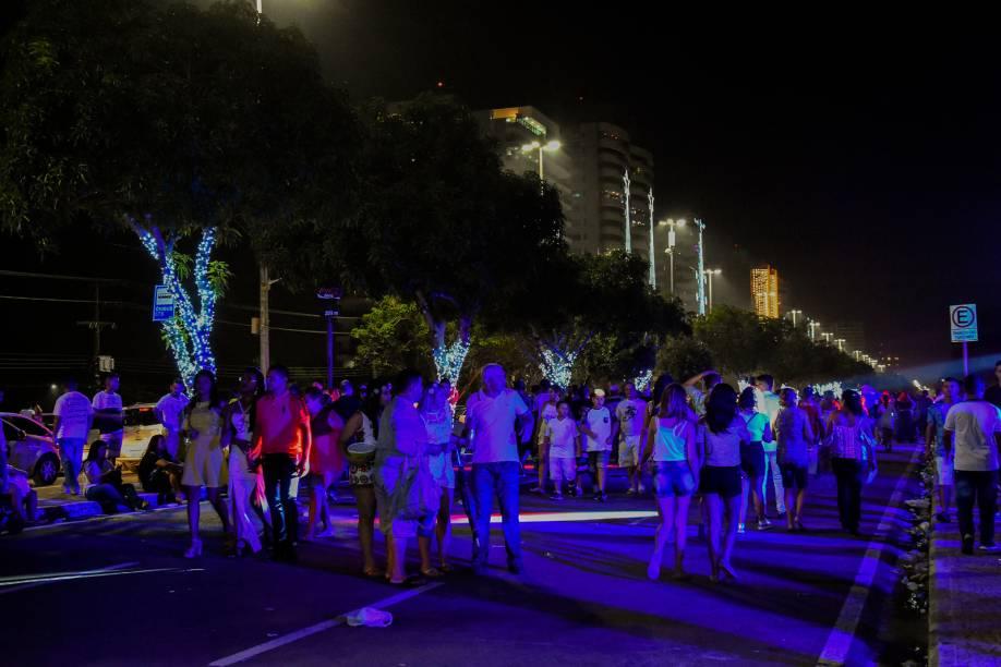Público faz o aquecimento para a virada do ano no calçadão de Ponta Negra. A festa se estende ao longo da via para dar maior conforto aos participantes do Réveillon