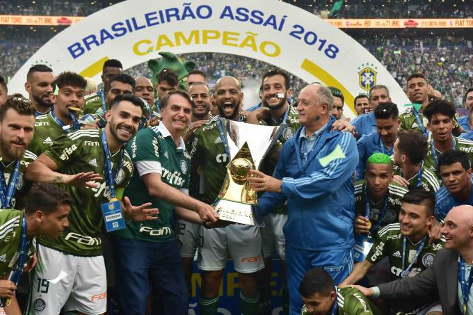 Jair Bolsonaro e a taça do Campeonato Brasileiro