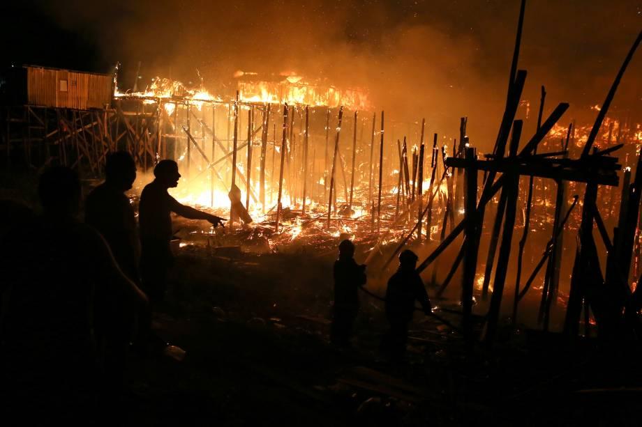 Centenas de casas foram consumidas pelas chamas durante incêndio no bairro Educando, nas margens do Rio Negro em Manaus - 17/12/2018