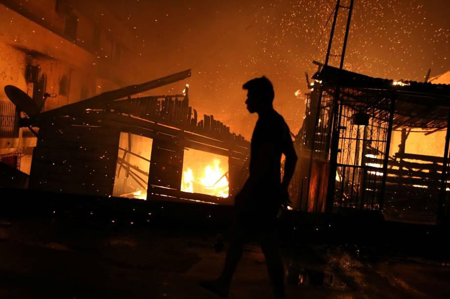 Incêndio de grandes proporções atinge cerca de 600 casas no bairro de Educandos, zona sul de Manaus - 17/12/2018