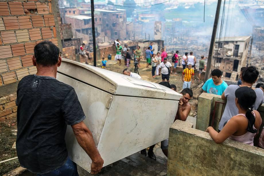 Moradores retiram móveis e eletrodomésticos de suas casas após incêndio de grandes proporções atingir o bairro de Educandos, zona sul de Manaus (AM) - 18/12/2018