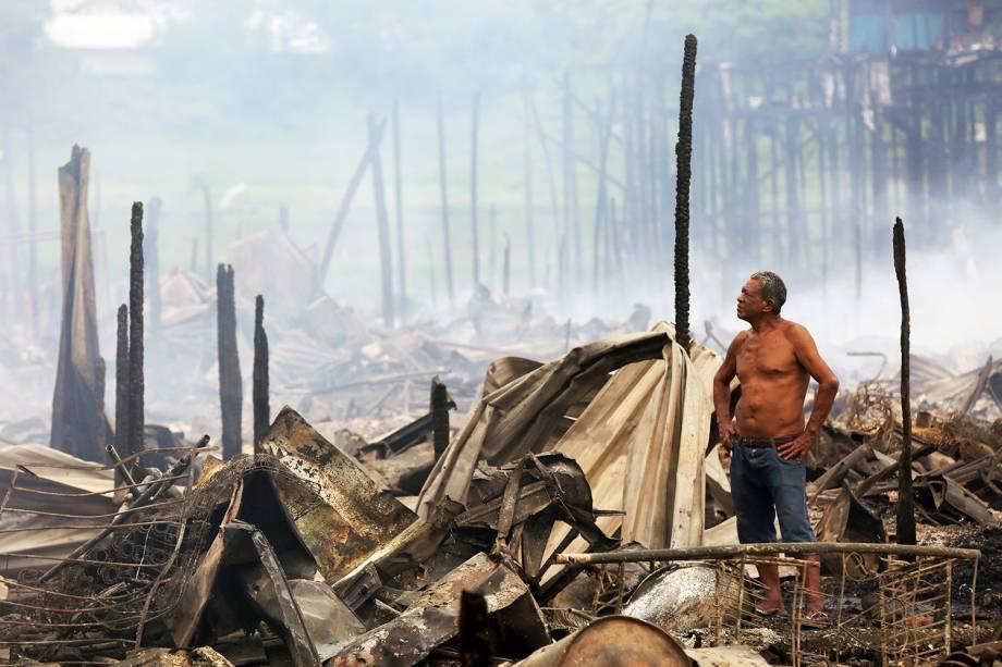 Morador observa destruição causada por incêndio de grandes proporções, que atingiu o bairro de Educandos, zona sul de Manaus (AM) - 18/12/2018