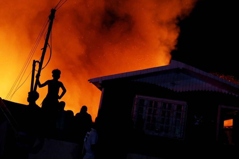 Silhuetas de moradores são vistas durante incêndio de grandes proporções em residência do bairro Educandos, localizado na zona sul de Manaus (AM) - 17/12/2018