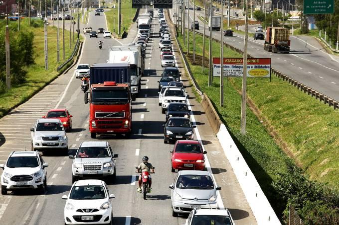 Movimentação de veículos na rodovia Fernão Dias