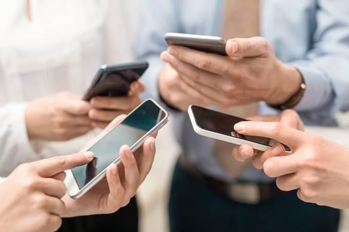 Pessoas com seus smartphones