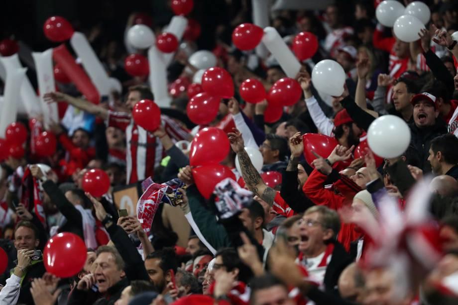 Torcedores do River Plate aguardam o início da partida contra o Boca Juniors no estádio Santiago Bernabéu em Madri, Espanha - 09/12/2018