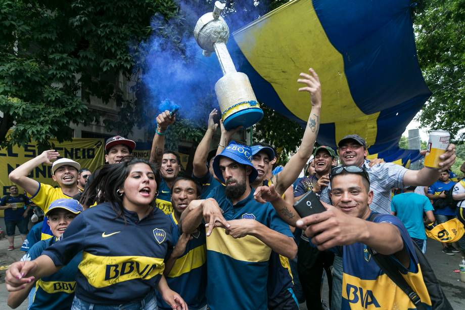 Torcedores do Boca Juniors torcem pelo time nos arredores do estádio La Boca em Buenos Aires, Argentina - 09/12/2018