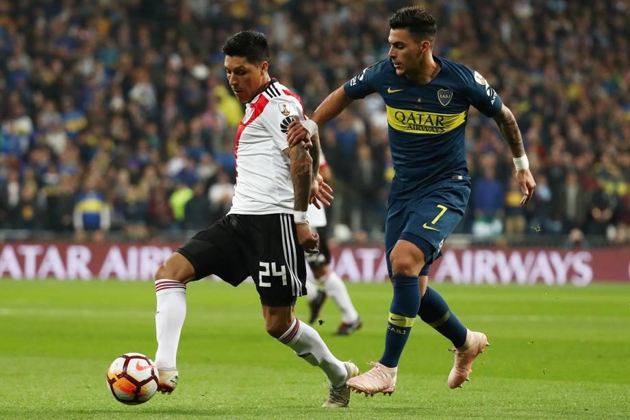 Enzo Perez do River Plate domina a bola durante disputa com Cristian Pavon do Boca Juniors - 09/12/2018
