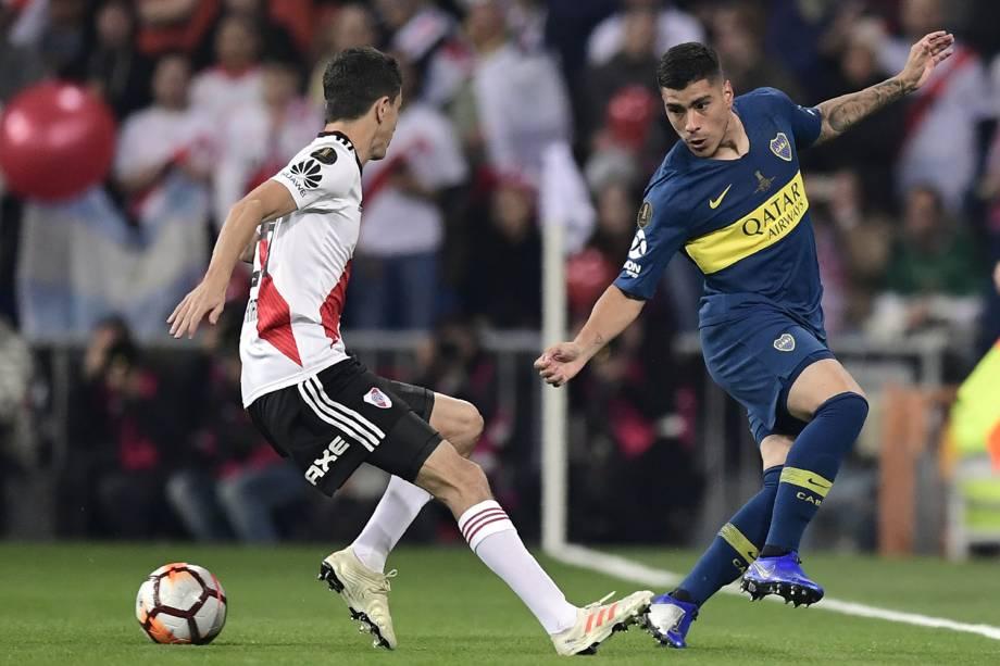 Lucas Olaza do Boca Juniors e Ignacio Fernandez do River Plate disputam a bola durante partida em Madri, Espanha - 09/12/2018