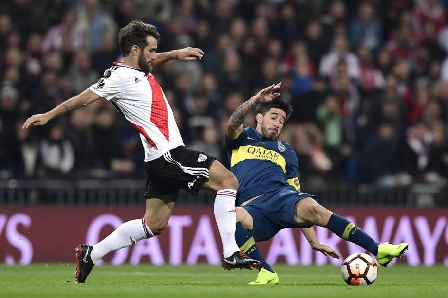 Leonardo Ponzio do River Plate e Pablo Perez Boca Juniors disputam a bola durante partida em Madri, Espanha - 09/12/2018