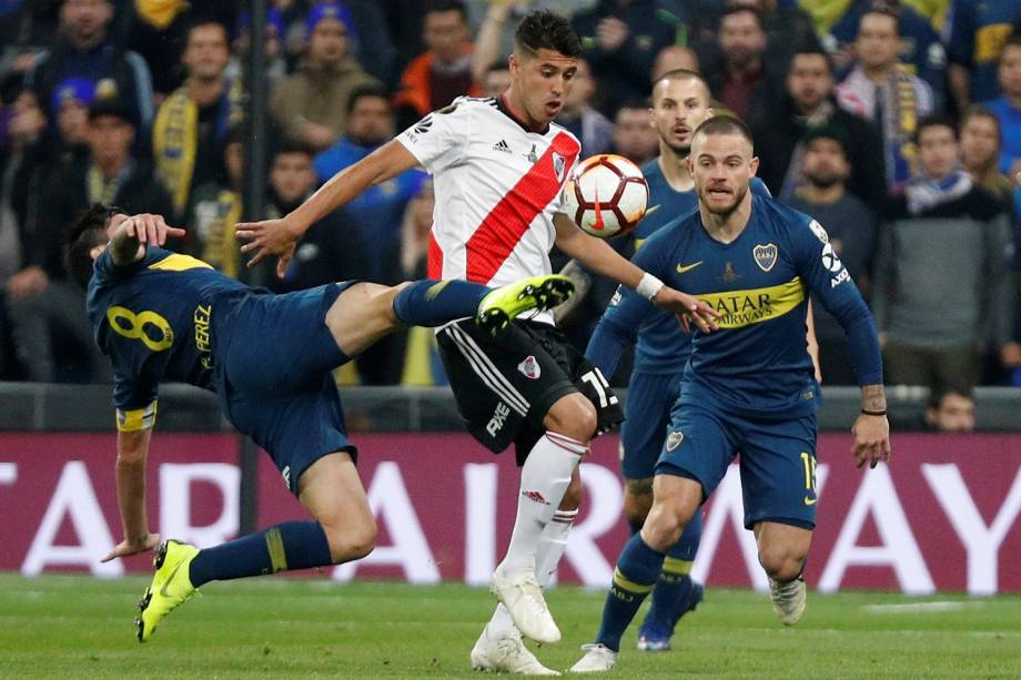 Pablo Perez do Boca Juniors disputa a bola com Exequiel Palacios do River Plate durante partida em Madri, Espanha - 09/12/2018