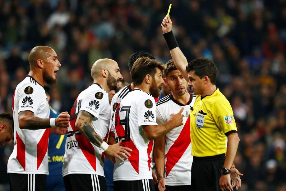 Leonardo Ponzio do River Plate recebe cartão amarelo do Juíz Andres Cunha durante partida contra o Boca Juniors em Madri, Espanha - 09/12/2018