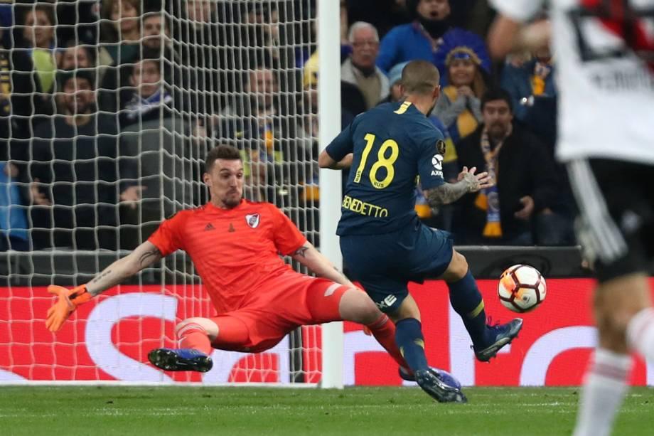 Dario Benedetto do Boca Juniors marca seu primeiro gol em partida contra o River Plate no estádio Santiago Bernabéu em Madri, Espanha - 09/12/2018
