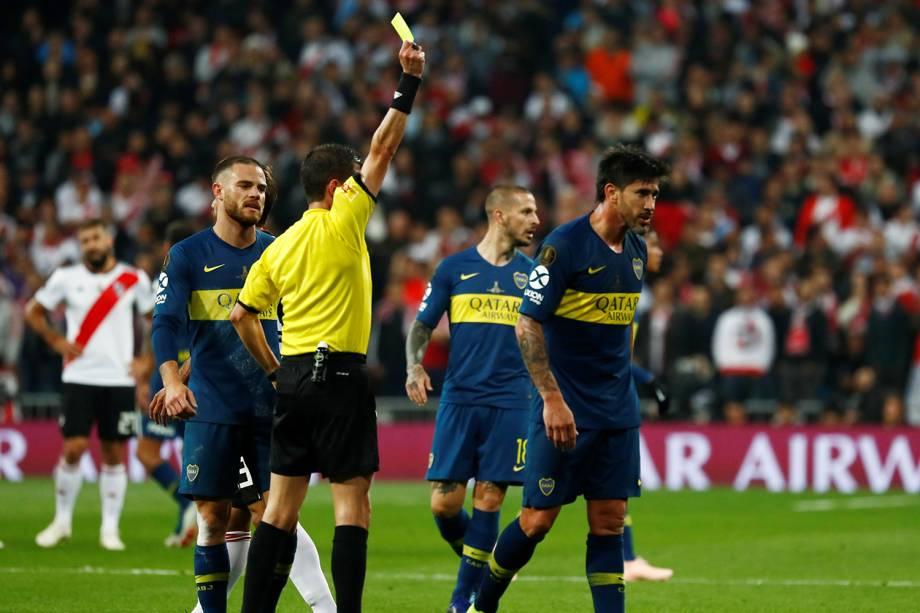 Pablo Perez do Boca Juniors recebe cartão amarelo do Juíz  Andres Cunha durante partida contra o River Plate em Madri, Espanha - 09/12/2018