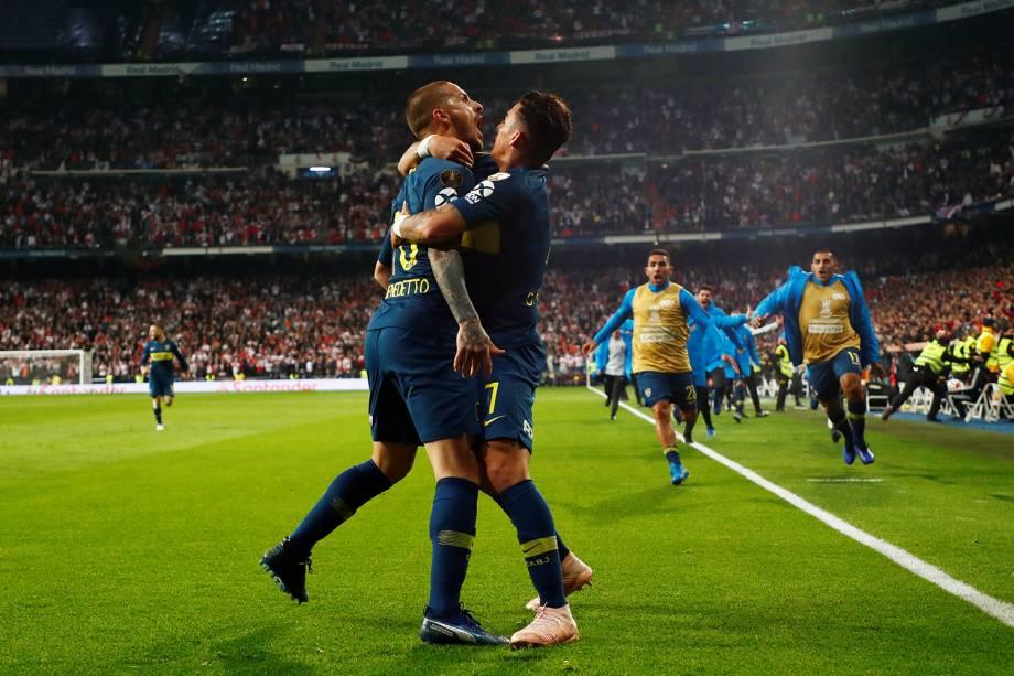 Dario Benedetto do Boca Juniors comemora com Cristian Pavon seu primeiro gol em partida contra o River Plate no estádio Santiago Bernabéu em Madri, Espanha - 09/12/2018