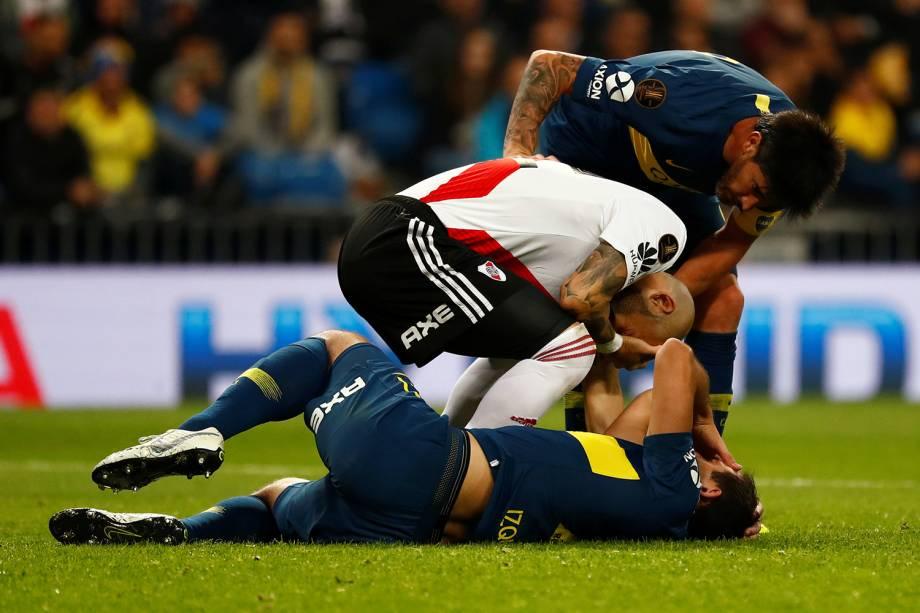 Carlos Izquierdoz do Boca Juniors e Jonatan Maidana do River colidem durante jogada em Madri, Espanha - 09/12/2018