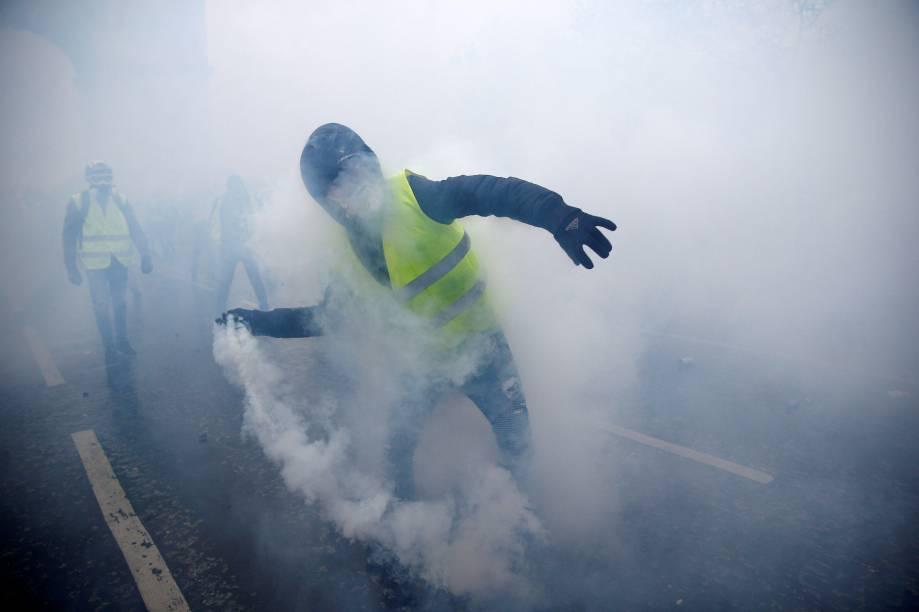 Manifestante é visto com uma bomba de gás lacrimogêneo durante a manifestação contra a alta dos impostos sobre o diesel - 01/12/2018
