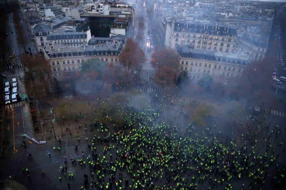 Vista aérea mostra confronto entre manifestantes de coletes amarelos e policiais durante um protesto contra medidas do governo francês - 01/12/2018