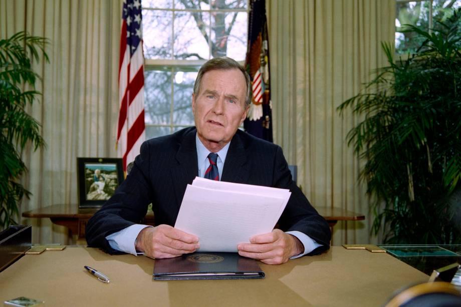 George Bush posa para fotógrafos depois de falar sobre a situação na Somália, em sua sala na Casa Branca - 04/12/1992