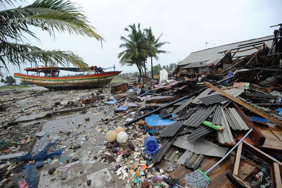 Um barco é visto em terra na aldeia Teluk, em Labuan, subdistrito na província de Banten, depois de um tsunami na Indonésia - 26/12/2018