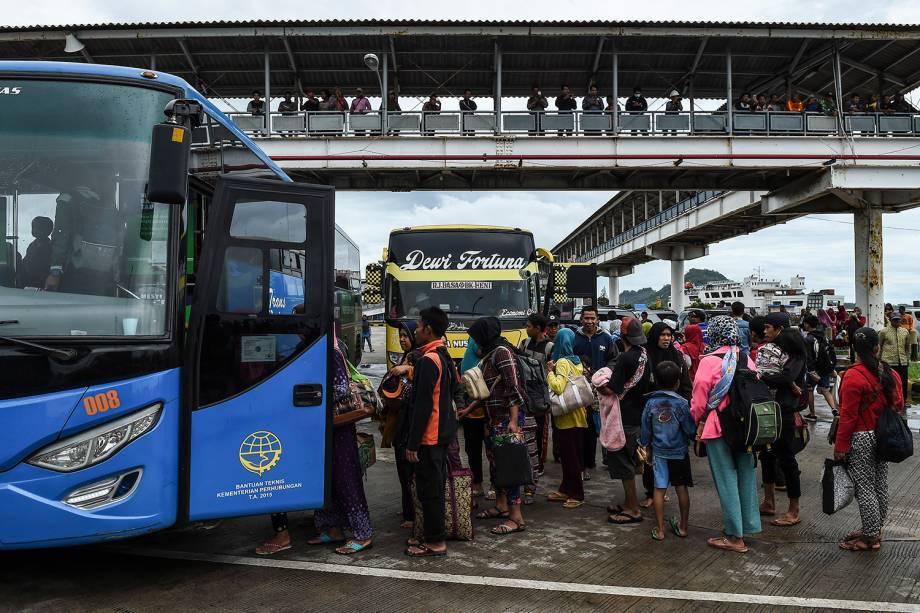 Moradores embarcam em um ônibus no porto de balsas após serem evacuados da Ilha Sebesi, em Bakauheni, província de Lampung, devido ao estrago do tsunami que atingiu a Indonésia - 26/12/2018