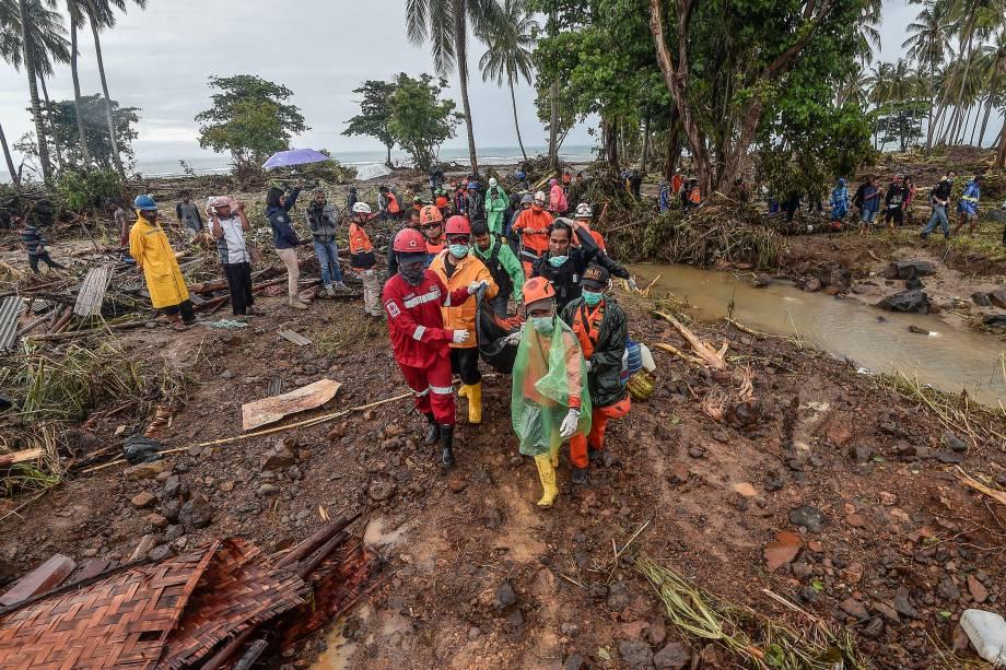Equipe de resgate carrega um saco contendo os restos mortais de uma vítima de um tsunami no distrito de Sumur em Pandeglang, província de Banten, na Indonésia - 25/12/2018