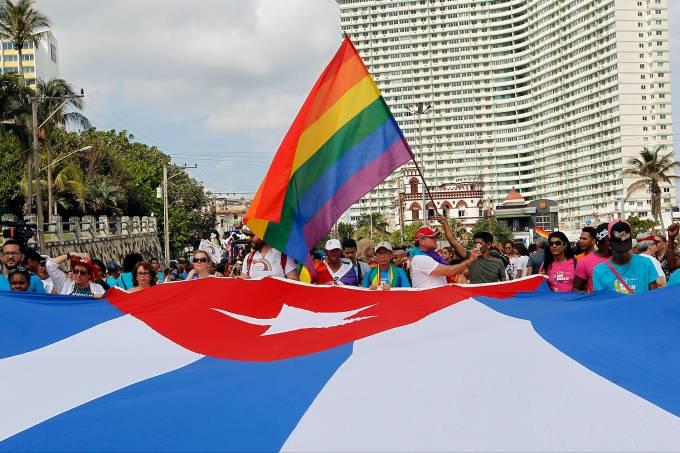 Cubanos marcham contra a homofobia em Havana