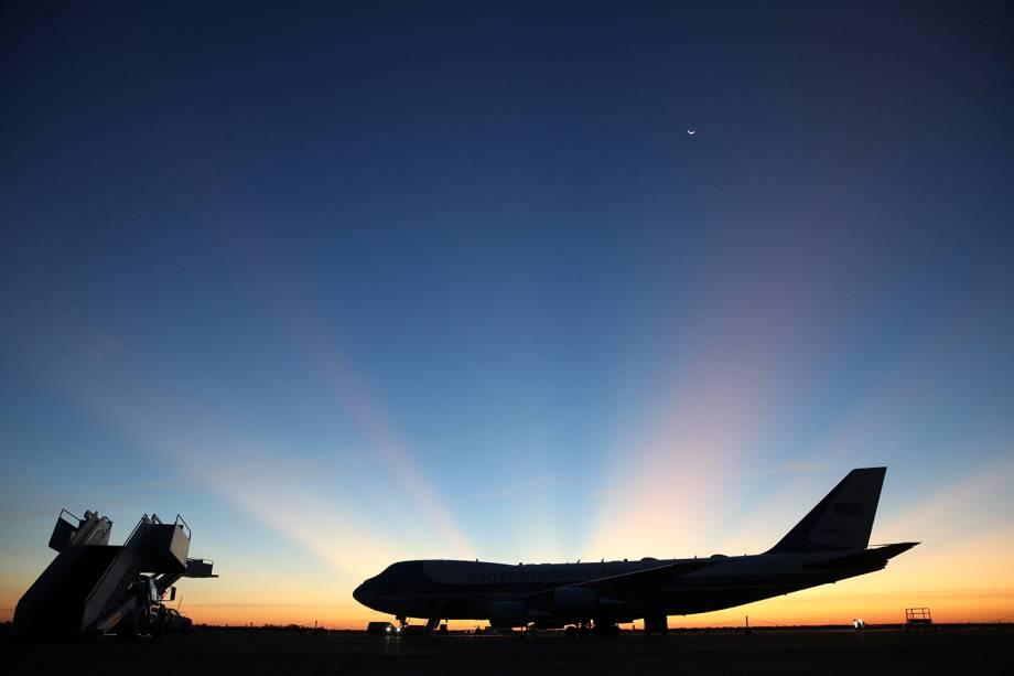 Avião com o corpo do ex-presidente americano George H.W. Bush se prepara para decolar rumo à Base Militar Ellington Field Joint, em Houston, Texas - 03/12/2018