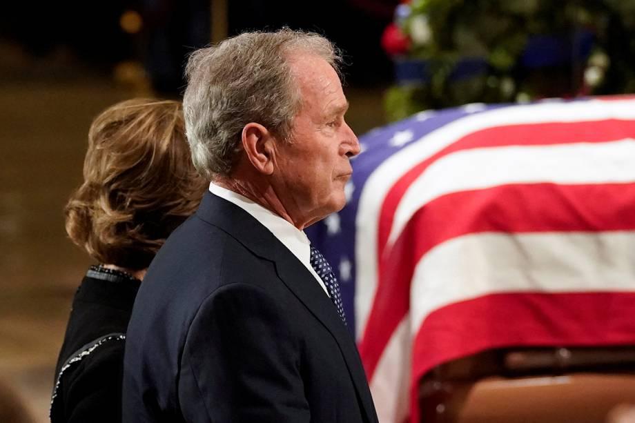 George W. Bush, ex-presidente americano, e sua esposa Laura Bush, acompanham o funeral de George H.W. Bush na rotunda do Capitólio dos Estados Unidos, em Washington - 03/12/2018
