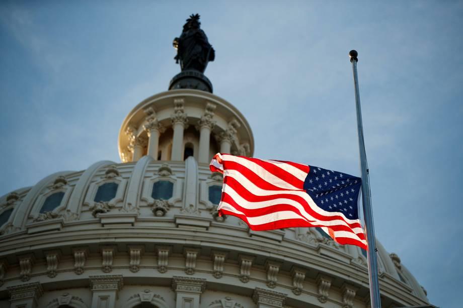 Bandeira americana é vista a meio-mastro, durante funeral do ex-presidente americano George H.W. Bush, na rotunda do Capitólio americano, em Washington - 03/12/2018