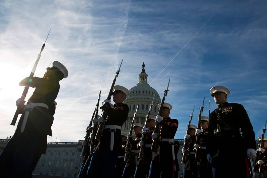 Guardas da Marinha se preparam para receber o corpo do ex-presidente americano George H. W. Bush, no Capitólio, em Washington - 03/12/2018