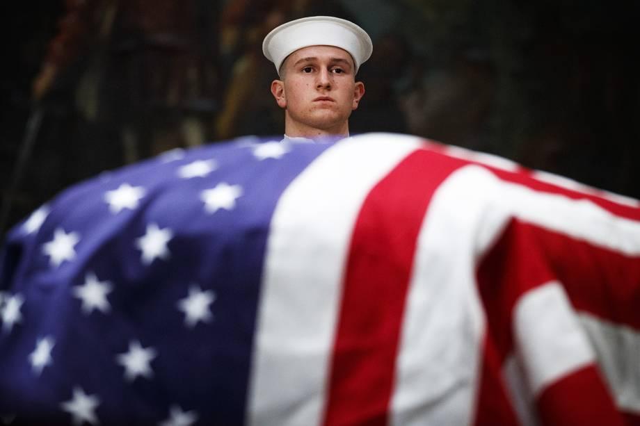 Membro da Marinha americana participa do funeral do ex-presidente George H.W.Bush, no Capitólio, em Washington - 04/12/2018