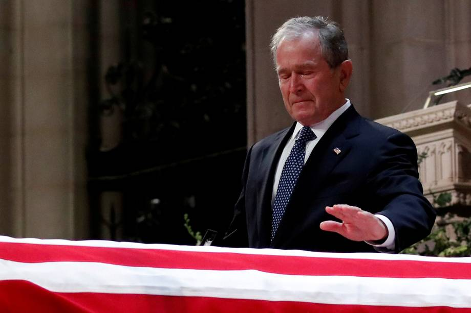 Ex-presidente George W. Bush chora sobre o caixão de seu pai, George H.W. Bush durante funeral na Catedral Nacional em Washington, Estados Unidos - 05/12/2018