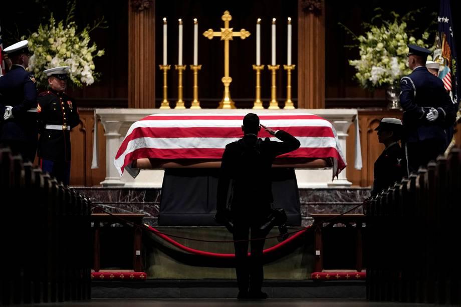 Pessoas prestam homenagem ao ex-presidente George H.W. Bush em seu funeral realizado na Catedral Nacional em Washington, Estados Unidos - 05/12/2018