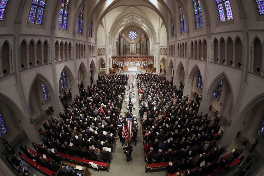 Caixão do ex-presidente americano George H.W. Bush é carregado por guarda de honra militar para a Igreja Episcopal de St. Martin em Houston, Texas - 06/12/2018