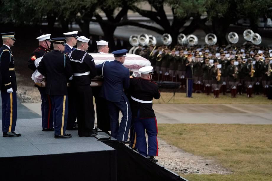 Caixão do ex-presidente americano George H.W. Bush é retirado de Trem fúnebre da Union Pacific e levado para a Universidade em College Station, Texas - 06/12/2018