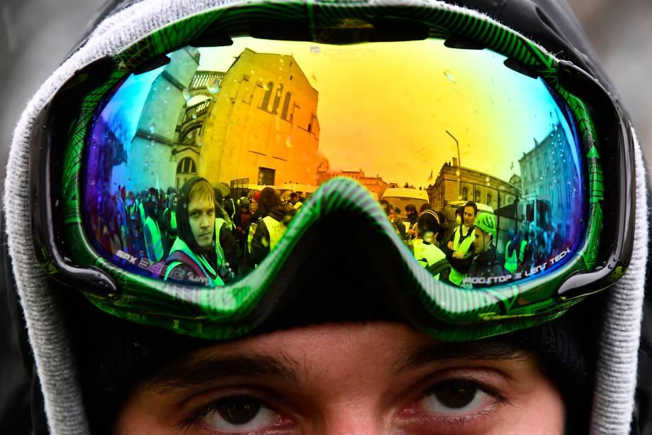 Manifestantes com coletes amarelos são refletidos em óculos durante protesto contra o governo realizado em Bordeaux, oeste da França - 15/12/2018