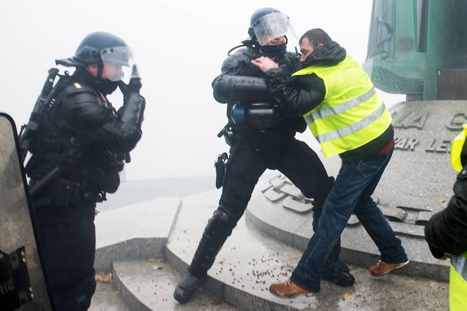 Policiais franceses entram em confronto com manifestante durente protesto contra impostos em Nantes, na França - 15/12/2018