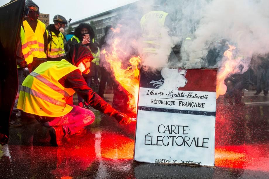 Manifestantes com coletes amarelos protestam contra o governo em Nantes, na França - 15/12/2018