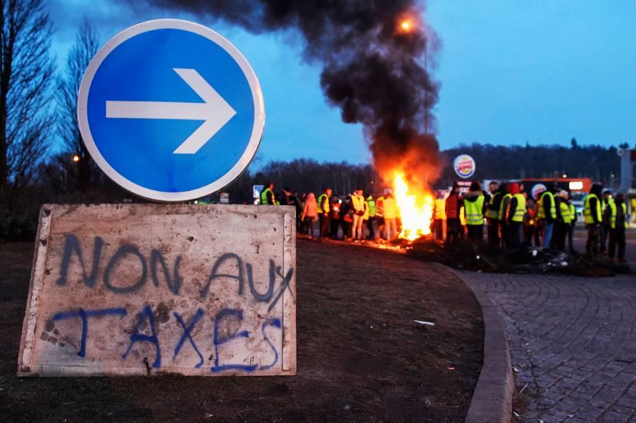 Manifestantes protestam contra altos impostos em Longeville-lès-Saint-Avold, no leste da França - 15/12/2018