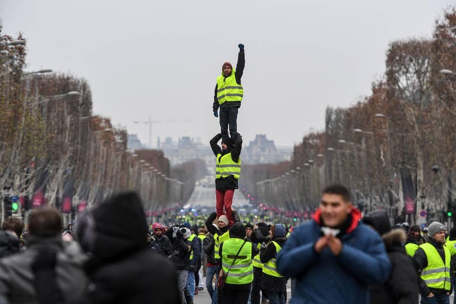 Manifestantes fazem pirâmide humana durante protesto contra o governo em Paris, capital da França - 15/12/2018
