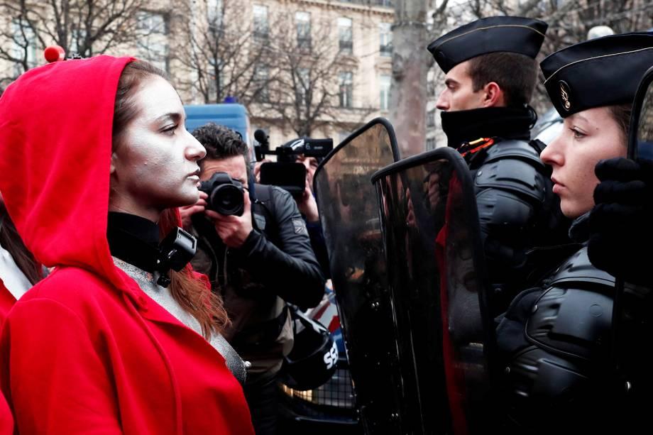 """Mulher vestida como """"Marianne"""", símbolo da França, é vista na frente de policiais franceses durante protesto contra o governo em Paris - 15/12/2018 oit Tessier TEMPLATE OUT"""