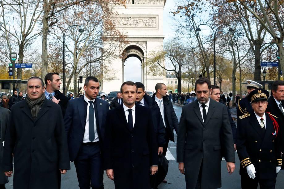 O presidente Emmanuel Macron, o ministro do Interior da França, Christophe Castaner, o secretário de Estado Laurent Nunez e o prefeito da polícia de Paris Michel Delpuech chegam para visitar bombeiros e policiais no dia seguinte às manifestação em Paris - 02/12/2018
