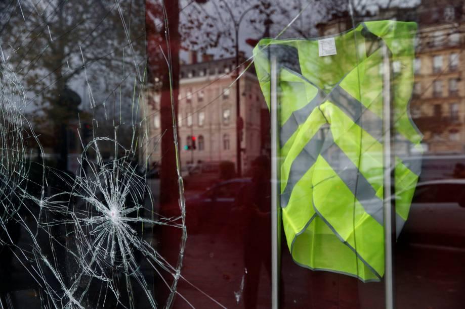 Um colete amarelo é visto dentro de uma loja vandalizada na manhã seguinte dos confrontos entre manifestantes vestindo coletes amarelos, um símbolo de um protesto de motoristas franceses contra os impostos mais altos sobre o diesel, e forças policiais em Paris, na França - 02/12/2018