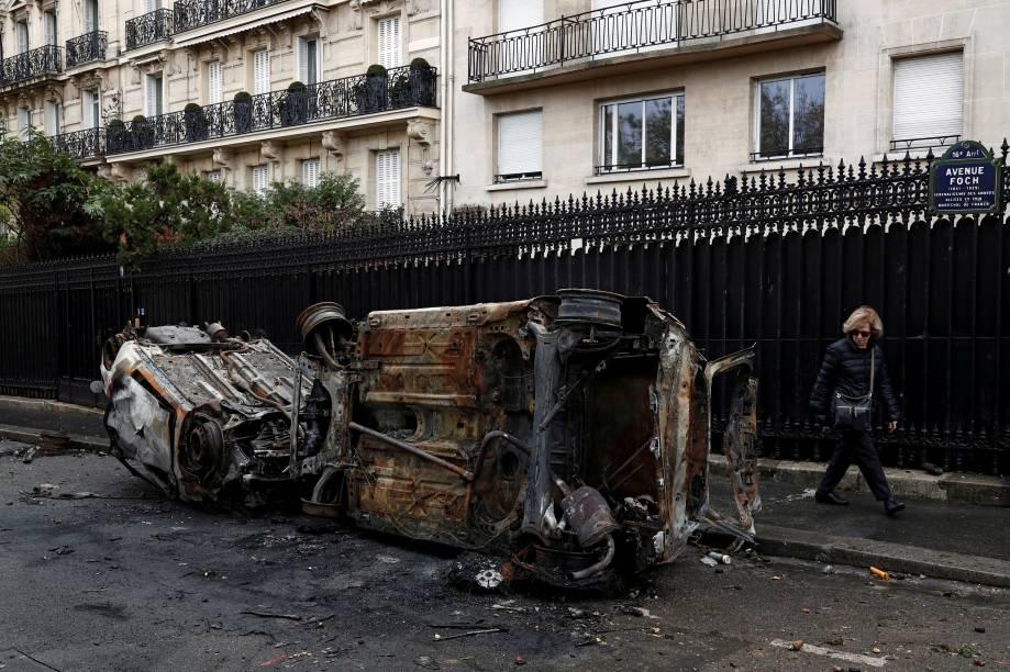 Carros queimados são vistos no dia seguinte das manifestações em Paris - 02/12/2018