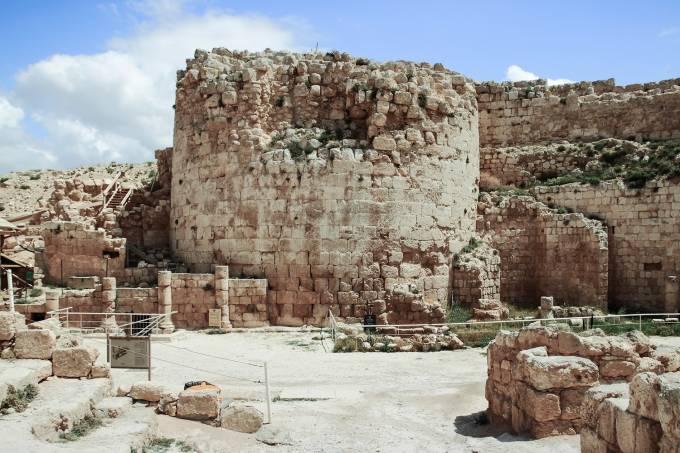Ruínas de Herodium, a fortaleza de Herodes, o grande, perto de Jerusalém, em Israel