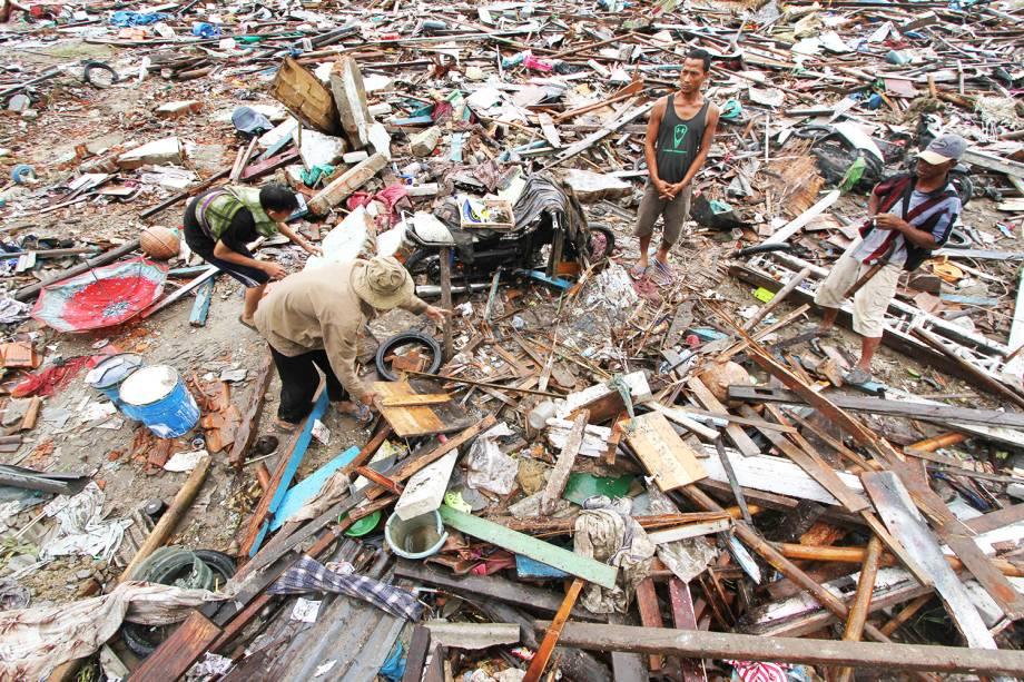 Moradores locais procuram pertences entre destroços após forte tsunami atingir a praia de Tanjung Lesung, localizada na província de Banten - 24/12/2018