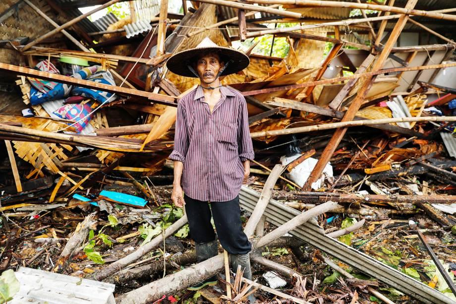 Homem é visto na frente de sua casa destruída após forte tsunami atingir a regência de Pandeglang, localizada na província de Banten, na Indonésia - 24/12/2018